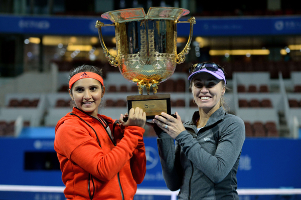 Sania and Hingis with China Open trophy