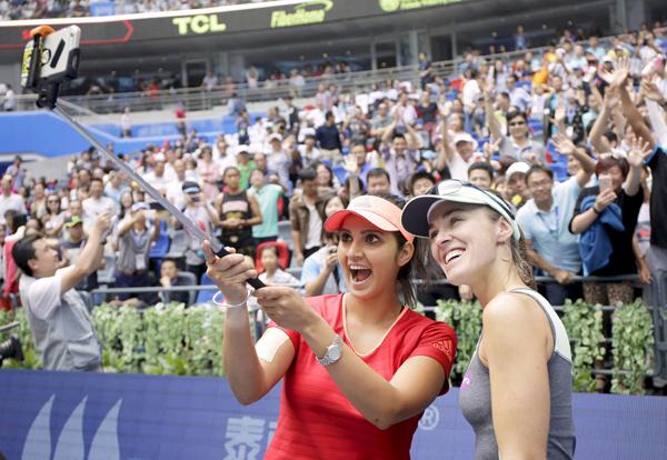 Sania and Hingis take a selfie