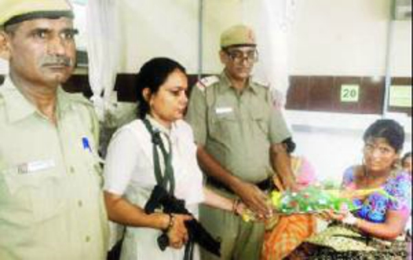 hree police personnel were a godsend for 35-year-old Laxmibai in southwest Delhi