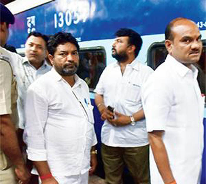 Under Criticism For Holding Up Train, Shiv Sena MLA Produces Old Video To Save His Face, Passengers Expose His Claims