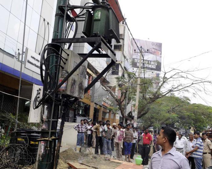 Electrician Burnt In Transformer Explosion, Onlookers Start Photographing Him Instead Of Helping