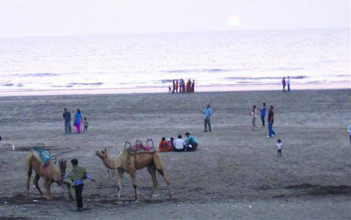 This 40 Year Old Man Has Cleaned The Dandi Beach For 4 Years Without Any Reward