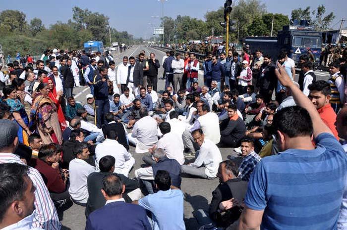 In Rajasthan, hundreds throng poppy husk vends for 1 last fix