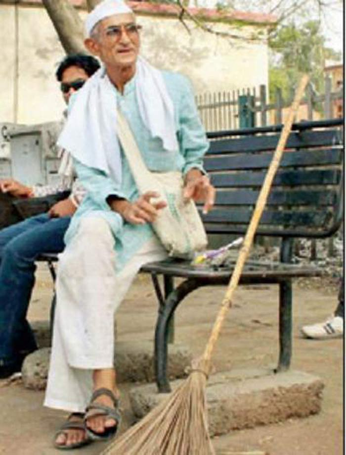 Once A Dreaded Bandit In Bundelkhand, This Man Is Now On A Mission To Keep Public Places Clean