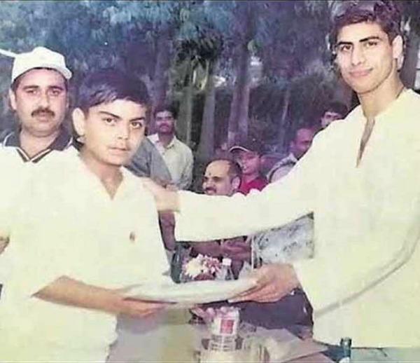 Virat Kohli getting a prize from Ashish Nehra