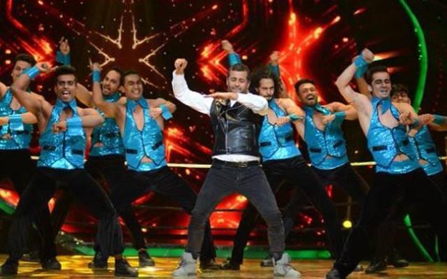 Chetan Bhagat dancing
