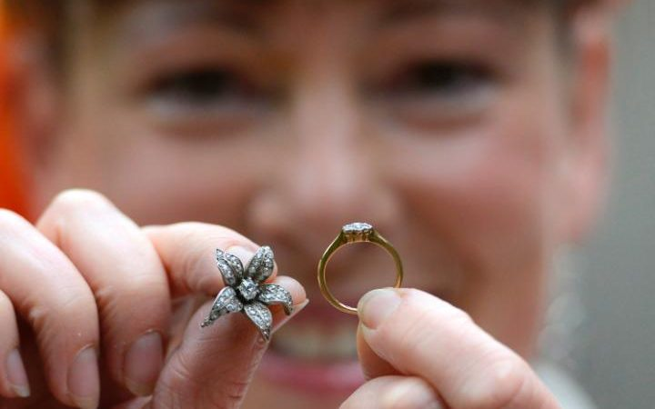 UK couple finds jewellery in chair