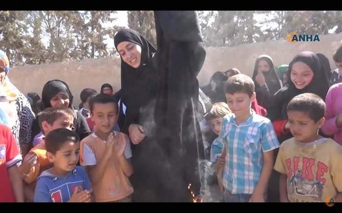 burning burqa ISIS 2