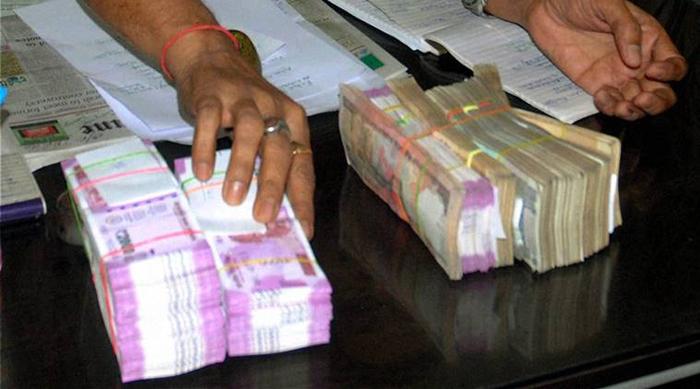 Mumbai Woman cashier exposes