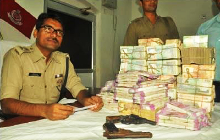 Sambalpur SP Akhileswar Singh with the seized notes.