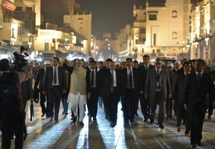 PM Modi serves langar at the Golden Temple