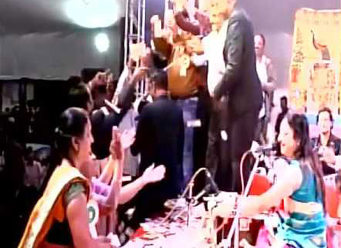 Folk Singers Showered With Rs 40 Lakh in Gujarat ...In Rs. 10 And 20 Notes!