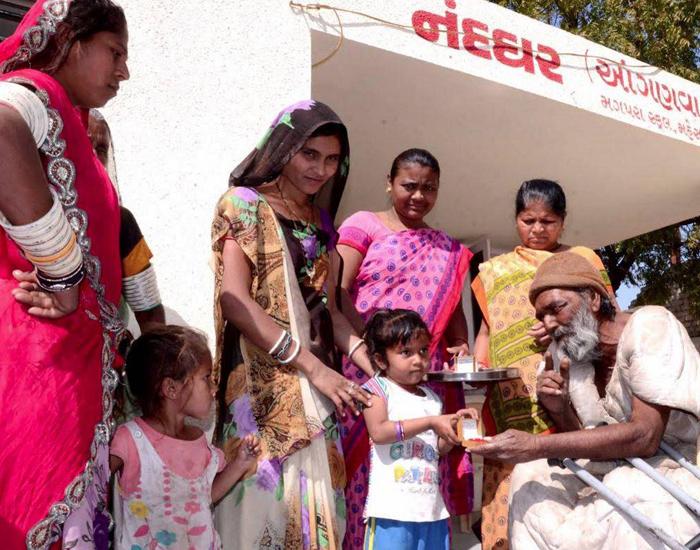 Beggar Gifts Gold Earrings To 10 Anganwadi Girls