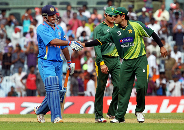 Dhoni greeted by Hafeez