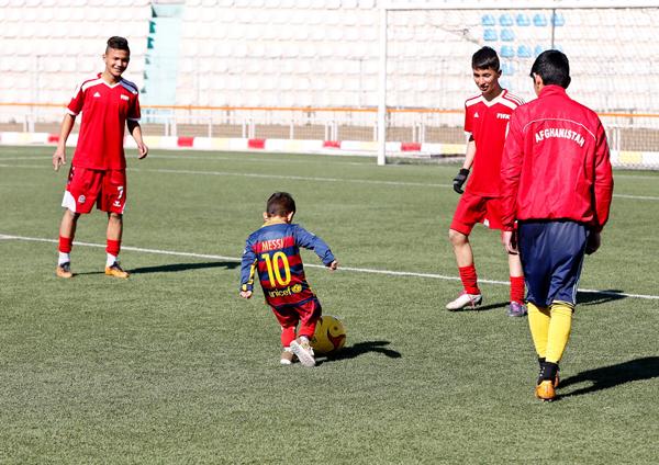 Murtaza Ahmadi with the Afghan footballers
