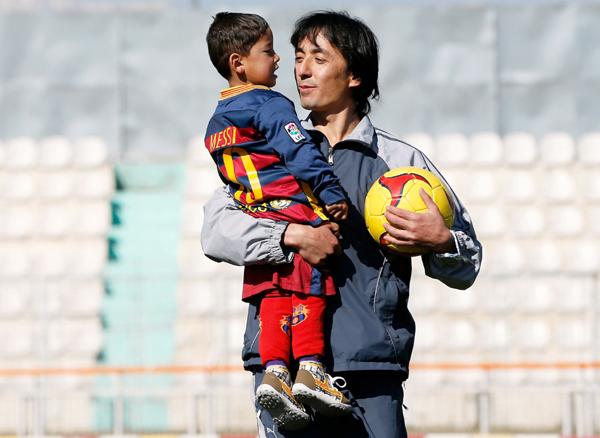 Murtuza Ahmadi with an Afghan football official