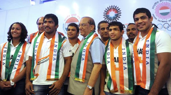 VK Malhotra (centre) with Indian Wrestling team