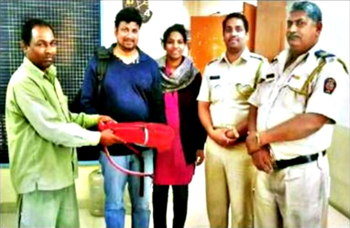 Driver Travels 32 KM To Return A Laptop Left Behind In His Auto, Local Cops Praise Him