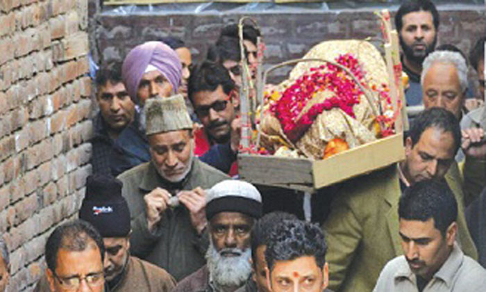 Muslims Risk Their Lives In J&K Curfew To Organise The Last Rites Of A Kashmiri Pandit Woman
