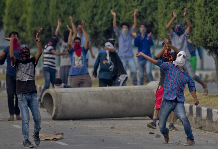 Kashmiri youths stone pelting