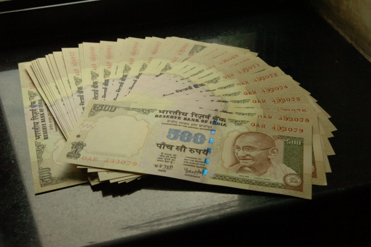 Woman Chaiwalla Returns Lakhs In Gold, Cellphones, And Money After She Finds It At Her Shop