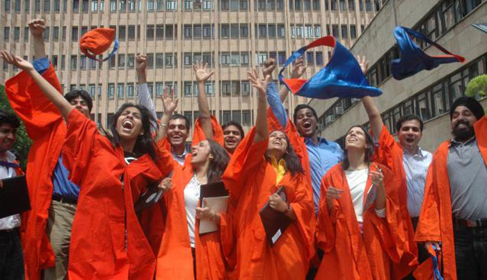 IIT-Bombay Buys 2500 Convocation Robes For The Graduating Class Of 2016 – All In Khadi!
