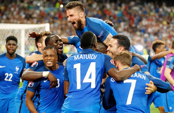 Olivier Giroud (top) celebrates