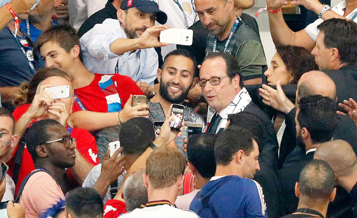 Fans take selfies with President Hollande