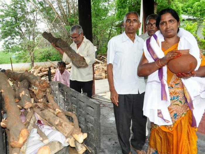 Muslim Woman Lights Funeral Pyre Of Hindu Man After His Son Refuses