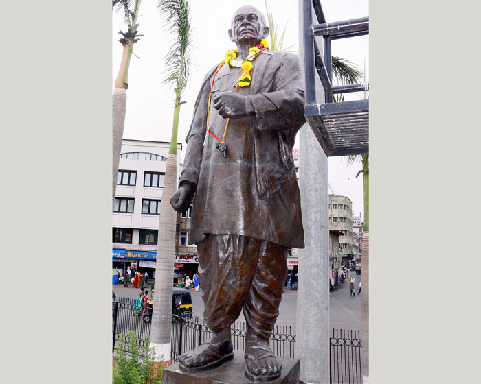 Vanzara Facing Backlash For Garlanding Sardars Statue With Pens, Toy Pistol
