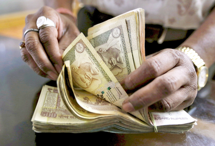 Over 1 Crore Govt. Babus  Will Get A Massive Pay Hike, Costing The Economy 1 Lakh Crore Rupees!