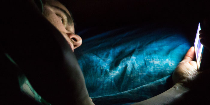 Do You Use Mobile In Dark? It Could Leave You Blind