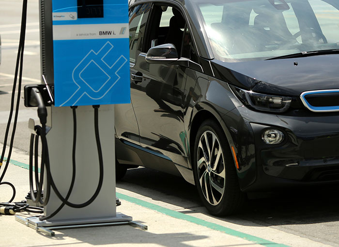 Soon India May Have Petrol Pump-like Charging Stations For Electric Vehicles