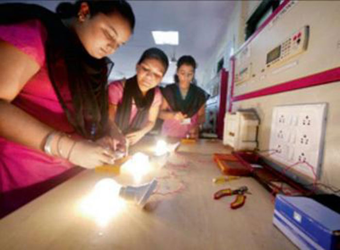 In Maharashtra, Girls From Villages Without Electricity Are Gearing Up To Be Electricians!