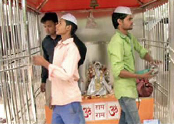 In the Month Of Ramadan These Muslim Craftsmen In UP Are Busy Renovating A Hindu Temple