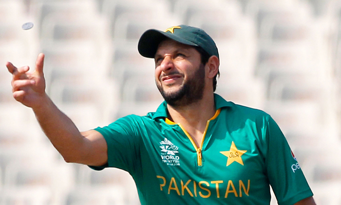Shahid Afridi tosses the coin