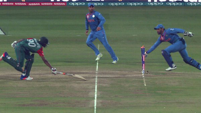 Dhoni effecting run out