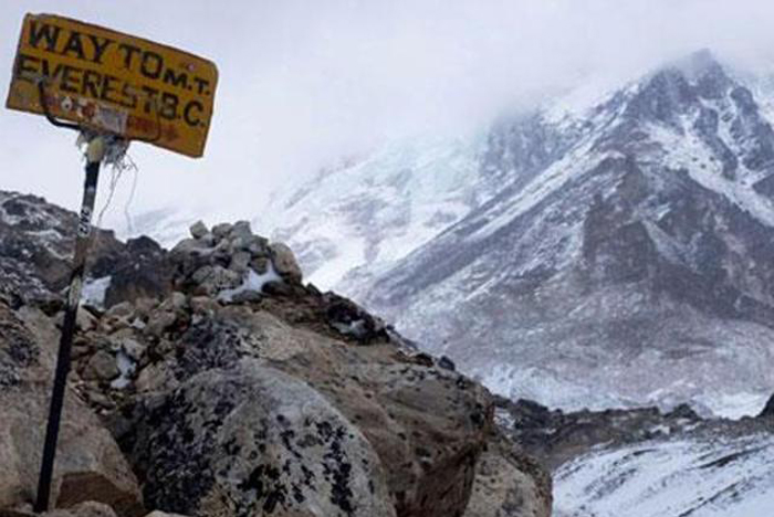 Mt. Everest Developing Cracks And Holes After Nepal Earthquake