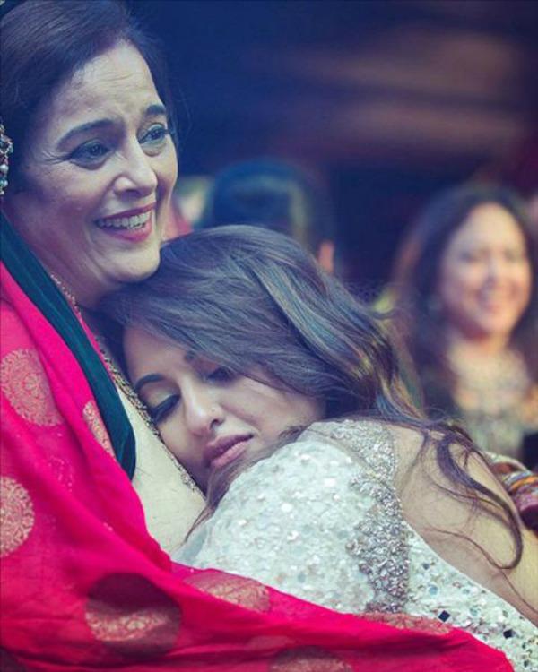 sonakshi sinha hugging her mom
