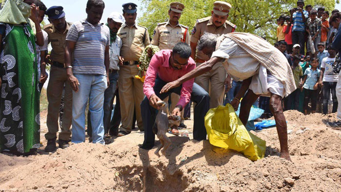 Police Are Performing  Last Rites Of Infants Killed In Drought Hit Andhra As Parents Are Unable To Do It