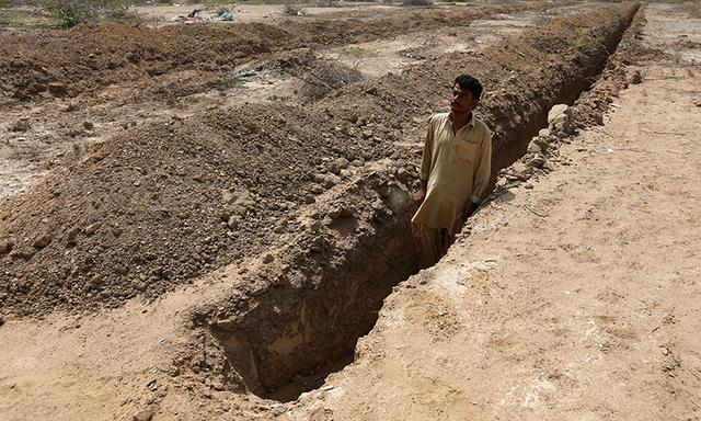 Pakistan heat graves