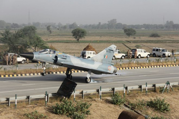 8 IAF Fighter Jets Will Land On the Agra-Lucknow Expressway For It's Grand Opening!