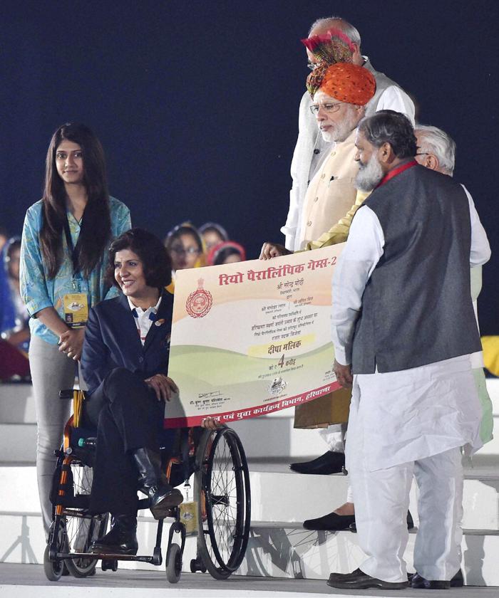 Deepa getting cheque from PM Modi