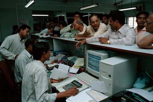 Long_Line_At_Bank_Counter