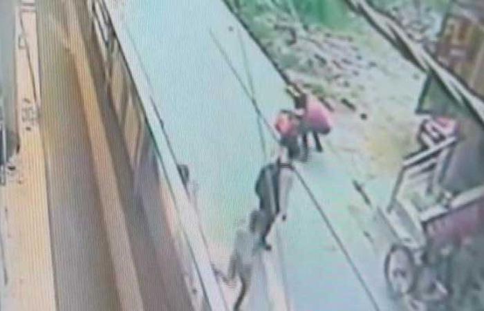 Man Stabbed girl with scissor