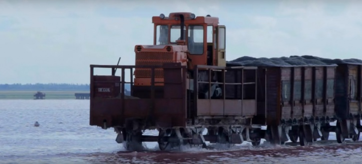 Such trains are equipped with salt harvesters