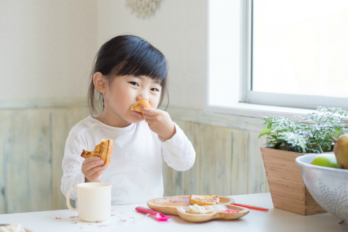 They snack mindfully Teach your children to enjoy the treats and snacks, but in the right frequency and amount; like the Japanese who eat in smaller quantities and lesser frequencies. They exercise what is known as 'flexible restraint' when it comes to consuming unhealthy food.