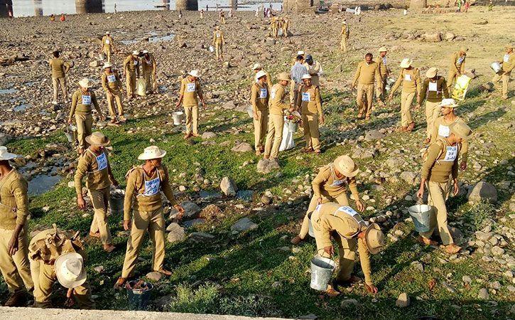 CISF Soldiers Clean Chowpatty Beach