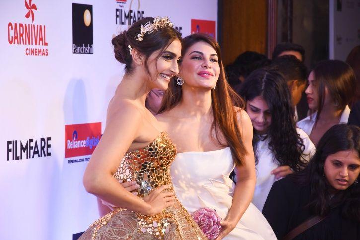 Sonam Kapoor and Jacqueline Fernansez at Filmfare Glamour and Style Awards 2017