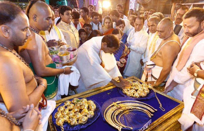 Telangana CM Offers Gold